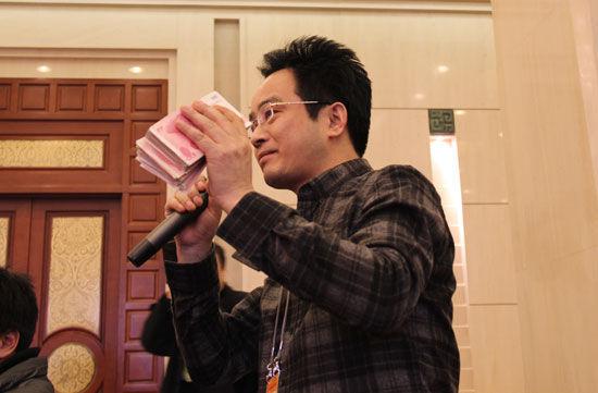 记者现场掏2万向陕西省长爆料有人行贿
