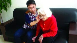 外国老太太在苏迷路湖东社区帮忙找翻译