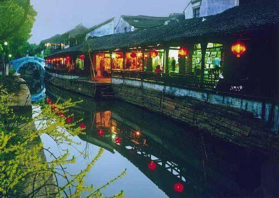 江南古镇中,和周庄一样以桥闻名的还有甪直,这个精致小巧的古镇,走完一圈,也不过几十分钟而已,却是一个有着两千多年悠久历史的水乡古镇。除了古老的街道和建筑,水多桥多是甪直的另一个特色,这里的石桥是江南古镇里最古老,也是保存得最完好的。   甪直历来享有江南桥都的美称,在仅有1平方公里的古镇区内,原有宋、元、明、清时代的石拱桥72座,现存41座之多。这些桥造型各异、各具特色,古色古香,有多孔的大石桥、独孔的小石桥、宽敞的拱形桥、狭窄的平顶桥,也有装饰性很强的双桥、左右相邻的姊妹桥和方便镇民的平桥,其中