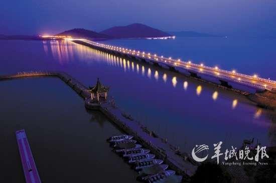 太湖夜色撩人,夜阑珊,霓虹映桥影成双。
