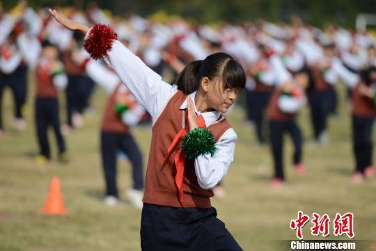 以欢跳小苹果舞蹈的方式