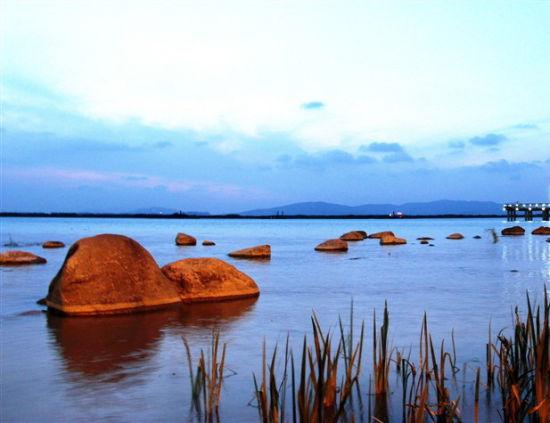 苏州第二座文博中心,园区文博中心的影响力有目共睹,苏州湾也将建设一个文博中心,在规模上甚至超过园区文博。   国内最大的内陆黄金沙滩,太湖苏州湾将建起一条1.8公里长的黄金沙滩,建成之后,将吸引长三角众多游客,推动苏州湾的旅游,成为苏州湾的又一张城市名片。   东太湖百米风光带,东太湖综合整治总投资74.