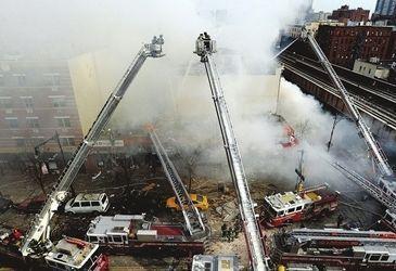 视频:航拍纽约公寓爆炸坍塌现场