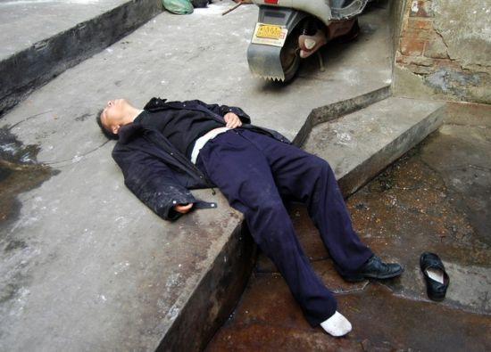 视频:石家庄醉汉夜闯警务站